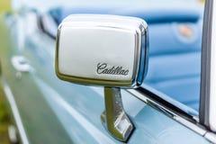 大型个人豪华汽车卡迪拉克黄金国七一代的后视镜 免版税库存照片