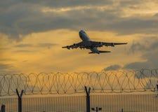 大型客机的起飞从香港机场的 图库摄影