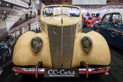大型汽车福特V-8敞篷车, 1937年 免版税库存图片