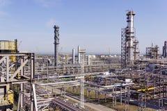 大型炼油厂在夏天白天 免版税库存照片