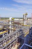 大型炼油厂在夏天白天 免版税库存图片