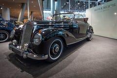 大型豪华汽车奔驰车220敞蓬车A (W187), 1952年 库存图片
