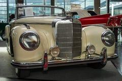 大型豪华汽车奔驰车300S, 1952年 免版税库存图片