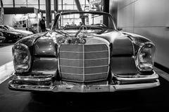 大型豪华汽车奔驰车300 SE敞蓬车W112, 1967年 免版税图库摄影