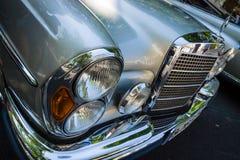 大型豪华汽车奔驰车280SE &#x28的细节; W108)  1970年 库存照片