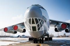 大型货物航空器特写镜头正面图在一个冷的冬天机场 免版税库存照片