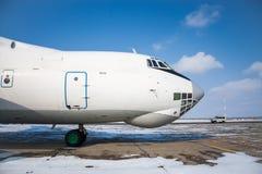 大型货物飞机特写镜头正面图在一个冷的冬天机场 库存照片
