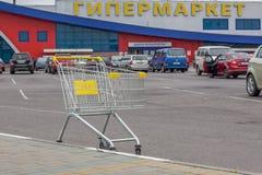 以大型超级市场为目的标志的一个空的推车 免版税库存图片