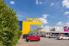 大型超级市场宜家在一个夏天晴天 库存照片