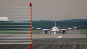 大型飞机离开 影视素材