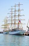 大型驱逐舰娜代日达和在索契港的三桅帆Mircea  俄国 免版税库存照片