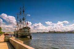 大型驱逐舰雍容在圣彼得堡 免版税库存图片