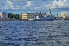 大型驱逐舰马卡罗夫海军上将在海军游行前的晚上在圣彼德堡,俄罗斯 库存照片