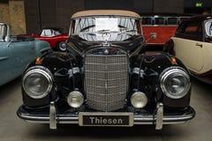 大型高级轿车奔驰车300 S敞蓬车(W 188 I) 库存照片