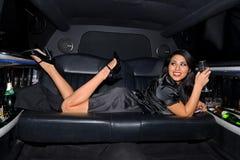 大型高级轿车性感的妇女 免版税库存图片