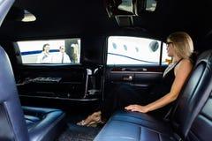 大型高级轿车的妇女在机场终端 免版税库存照片