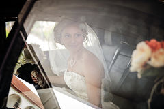 大型高级轿车的新娘 免版税图库摄影
