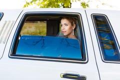 大型高级轿车的新娘 图库摄影