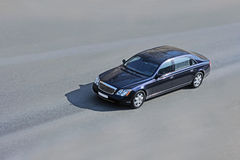 大型高级轿车路 免版税库存照片