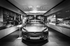 大型,全电,豪华,天桥SUV特斯拉模型x 免版税库存照片