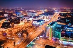 大城市光发光明亮沿大街,鸟瞰图 免版税图库摄影