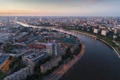 大城市和河日落的在夏天 免版税图库摄影