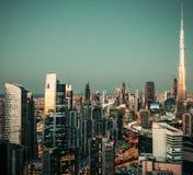 大城市壮观的看法在与有启发性摩天大楼的晚上 街市的迪拜, 免版税库存图片