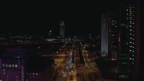 大城市生活鸟瞰图在夜、霓虹灯、玻璃穿过河的摩天大楼、汽车和大桥里 r 股票视频