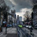 大城市警察站立警惕在10唐宁街前面在白厅,西敏市,伦敦,英国,英国 免版税库存图片