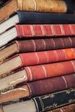 大堆与五颜六色的盖子的旧书 库存照片