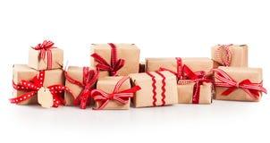 大堆与红色弓的圣诞节礼物 免版税库存照片