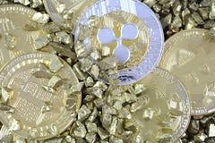 大堆与金黄Bitcoin和其他哥斯达黎加的cryptocurrencies 免版税库存照片