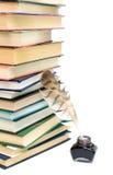 大堆书和墨水池在一个白色背景特写镜头 免版税库存图片
