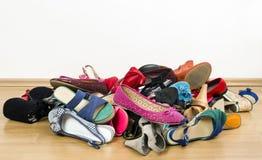大堆五颜六色的妇女鞋子 免版税库存照片