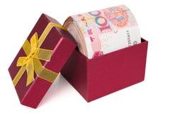 大堆在一个红色当前箱子的RMB 免版税库存照片
