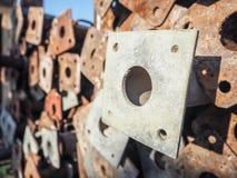 大堆生锈的金属脚手架杆 免版税库存图片