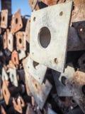 大堆生锈的金属脚手架杆 库存照片