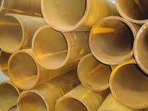 大堆生锈的钢管在一个工业仓库里 免版税库存图片