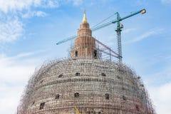 大塔stupa结构建设中与起重机 图库摄影