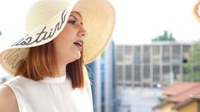 大夏天帽子的显露的射击妇女在阳台谈话与她的朋友 股票录像