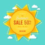 大夏天销售横幅 与光芒、云彩和标志的太阳 夏天模板印刷品或网的海报设计 传染媒介折扣背景 免版税库存照片