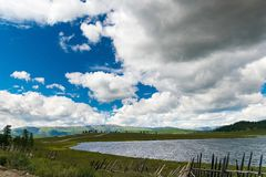 大多云天空和湖Uzunkel,阿尔泰共和国,俄罗斯 图库摄影