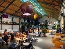 大大厅在吃食物人的餐馆 库存照片