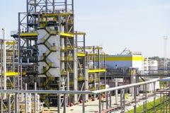 大大型炼油厂在夏天白天 免版税图库摄影