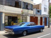 大大小蓝色颜色福特XL小轿车在米拉弗洛雷斯,利马 免版税库存照片