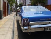 大大小蓝色颜色福特XL小轿车在米拉弗洛雷斯,利马 免版税库存图片