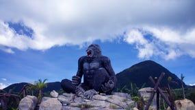 大大猩猩雕象 库存图片