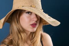 大太阳帽子和红色嘴唇的女孩 免版税库存照片