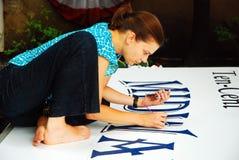 大字书写在她的工作 免版税库存照片