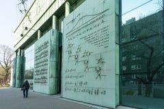大学图书馆大厦的门面在华沙 库存图片